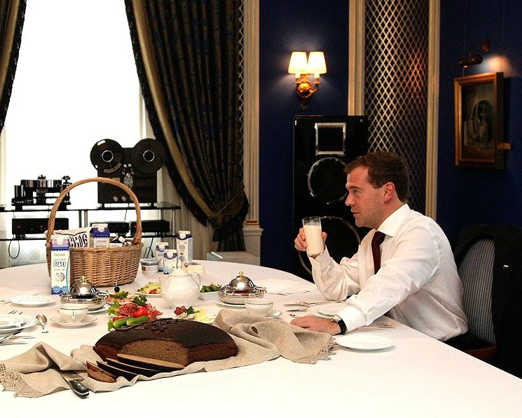 Медведев поручил разобраться споставками сухого молока