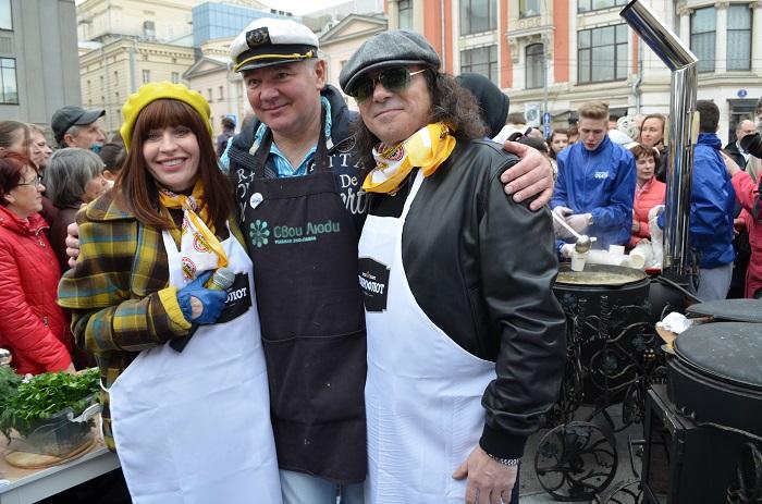 Алиса Мон иАлександр Шевченко угощали гостей фестиваля ухой